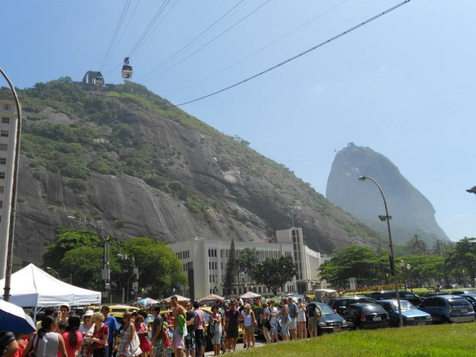 Queuing and queuing: Sugar Loaf Mountain (Rio)